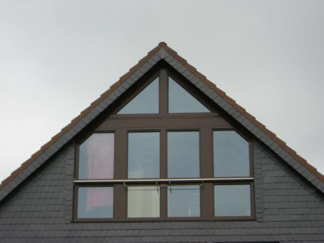 fensterfront im dachgeschoss, nahaufnahme